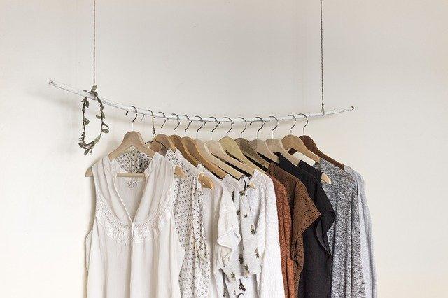 すっきり暮らすクローゼットの整理術!使いやすさの鍵は「服の数」