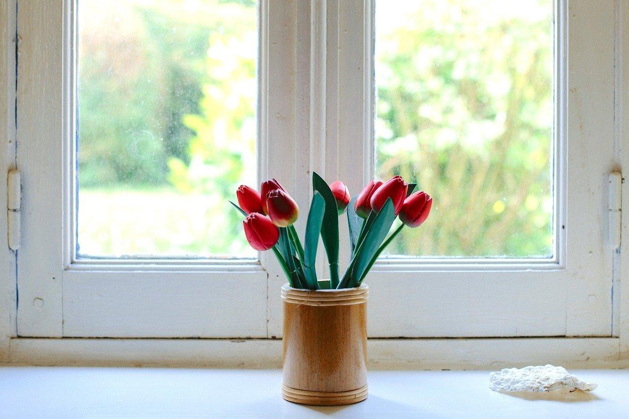 いつもの空間が明るく変身。インテリアに花を取り入れる方法